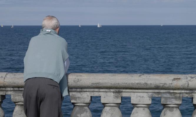 Anciano frente al mar