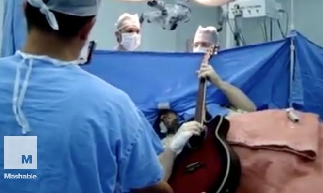 Του έκαναν εγχείρηση στον εγκέφαλο και εκείνος έπαιζε κιθάρα! (ΒΙΝΤΕΟ)