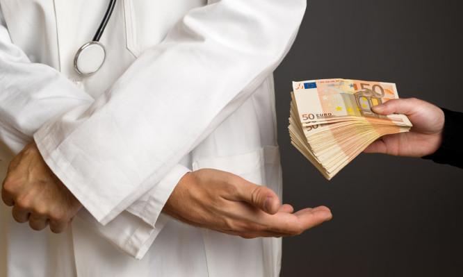 ΠΑΝΙΚΟΣ ΣΤΗΝ ΠΑΤΡΑ – Γιατρος πηρε φακελακι  για απιστευτο λογο!