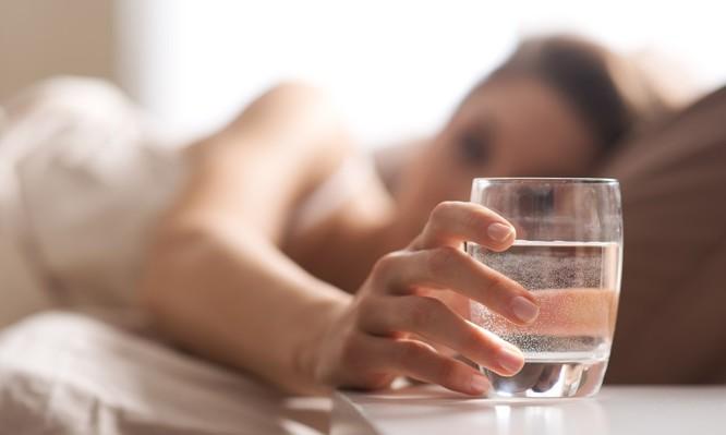 Γιατί να ΜΗΝ πίνετε νερό από το ποτήρι που έχετε δίπλα σας τη νύχτα
