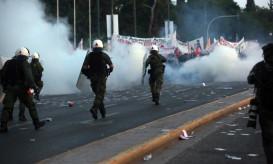 Από την ένταση που δημιουργήθηκε στο συλλαλητήριο που είναι σε εξέλιξη στο Σύνταγμα, ενάντια στο νέο ασφαλιστικό νομοσχέδιο που καταπατά τα ασφαλιστικά τους δικαιώματα, Αθήνα Κυριακή 8 Μαΐου 2016. Το βράδυ της Κυριακής ολοκληρώνεται στη Βουλή η συζήτηση και τίθεται προς ψήφιση το ασφαλιστικό νομοσχέδιο. ΑΠΕ-ΜΠΕ/ΑΠΕ-ΜΠΕ/ΟΡΕΣΤΗΣ ΠΑΝΑΓΙΩΤΟΥ