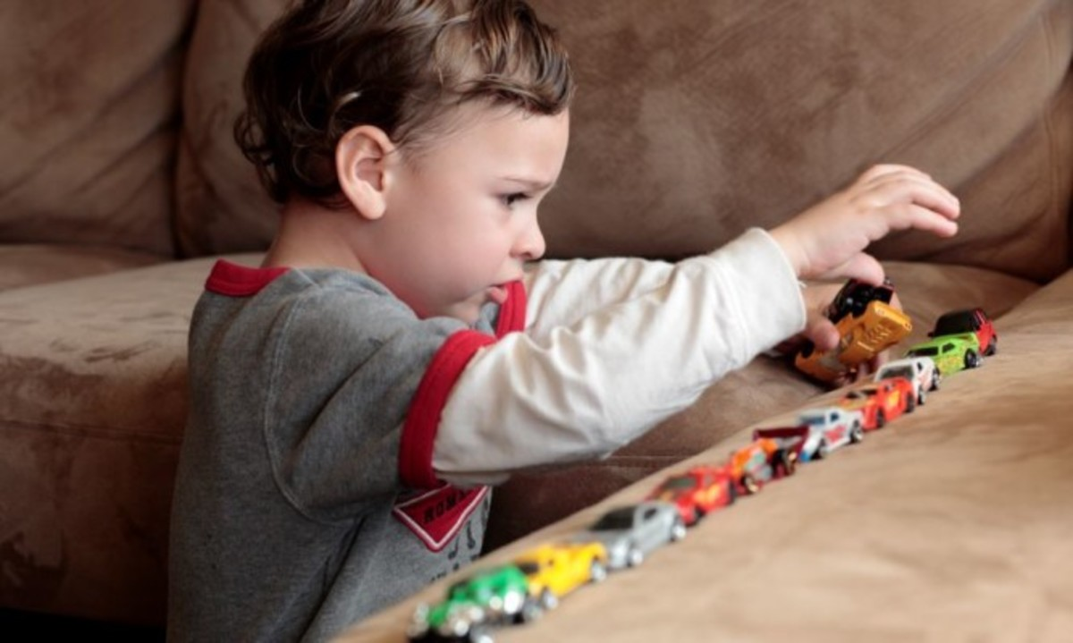 Αυτισμός  Τι συμπτώματα παρουσιάζει ένα παιδί ανάλογα με την ηλικία -  Iatropedia.gr 76d49a3dec8