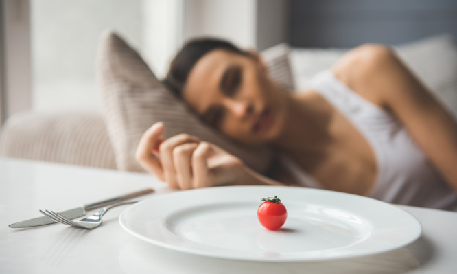 Νευρική ανορεξία: Τα σημάδια ότι κάποιος ξεφεύγει από την κανονική δίαιτα