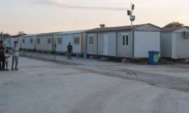 Πρόσφυγες που βρίσκονται στο χώρο προσωρινής φιλοξενίας νεοεισερχομένων πολιτών τρίτων χωρών στον Ελαιώνα, Τετάρτη 19 Αυγούστου 2015. Ξενάγηση-ενημέρωση διοργάνωσε η Αναπληρώτρια Υπουργός Εσωτερικών και Διοικητικής Ανασυγκρότησης Τασία Χριστοδουλοπούλου για τους εκπρόσωπους των μέσων μαζικής ενημέρωσης ενώ παραβρέθηκαν και ο αναπληρωτής υπουργός Προστασίας του Πολίτη Γιάννης Πανούσης με τον υπουργό Επικρατείας για τον Συντονισμό του Κυβερνητικού Έργου Αλέκο Φλαμπουράρη, για να έχουν την ευκαιρία να δουν από κοντά τις εγκαταστάσεις και τις συνθήκες διαμονής των προσφύγων στον Ελαιώνα. ΑΠΕ-ΜΠΕ/ΑΠΕ-ΜΠΕ/ΠΑΝΤΕΛΗΣ ΣΑΪΤΑΣ