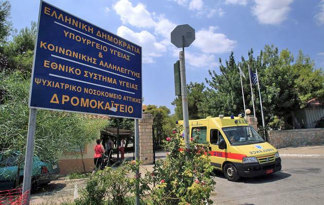 """Η κεντρική είσοδος του Ψυχιατρικού Νοσκομείου Αττικής """"Δρομοκαϊτειο"""", Αθήνα, Τρίτη 12 Αυγούστου 2104. Η  υφυπουργός Υγείας Κατερίνα Παπακώστα σε συνάντηση με τους εργαζόμενους στην ψυχική υγεία δήλωσε πως ο μετασχηματισμός των υφιστάμενων Ψυχιατρικών Νοσοκομείων, θα ολοκληρωθεί μέχρι τον Ιούνιο του 2015 ενώ σημείωσε πως πρόκειται να αξιοποιηθεί πλήρως όλο το ανθρώπινο δυναμικό στην ψυχική υγεία, απορροφώντας όλες τις ειδικότητες και διατηρώντας τις θέσεις εργασίας τους. ΑΠΕ-ΜΠΕ/ΑΠΕ-ΜΠΕ/ΣΥΜΕΛΑ ΠΑΝΤΖΑΡΤΖΗ"""